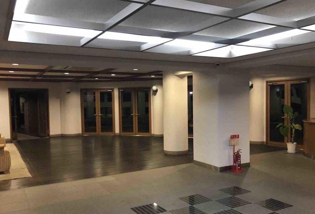 警備業法と防犯モデルマンション登録制度:マンションのホール照明