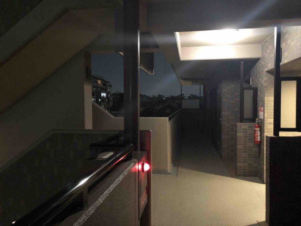 マンション管理士試験:マンションの照明の明るさ階段の写真