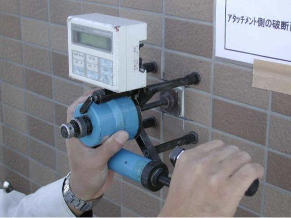 マン管・管理業務主任者試験対策:建研接着力試験機で測定した写真