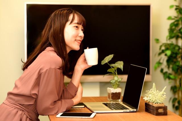 スタディング公務員講座の評判と口コミ:自宅のPCで勉強しているイメージ画像